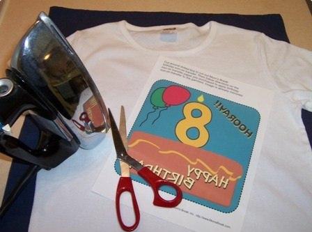 La stampa casalinga di magliette personalizzate.