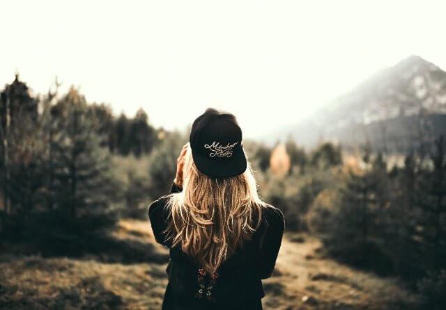 Cappellini personalizzati con logo: stampa o ricamo?